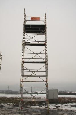 11 Meter hohes Rollgerüst, doppelte Breite. Standhöhe: 9 m. Arbeitshöhe: 11m.
