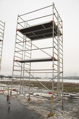 6 Meter hohes Rollgerüst, doppelte Breite. Standhöhe: 5 m. Arbeitshöhe: 7m.